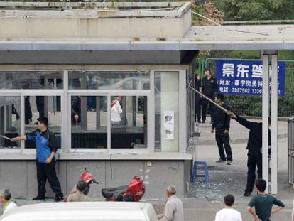 Trabajadores rompen cristales en la entrada de la empresa Foxconn en Taiyuan (China)