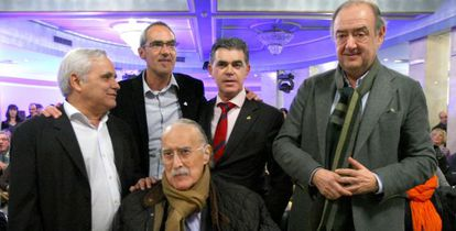 De izquierda a derecha, de pie Juan Cruz, Tomás Ondarra, Marcos Muro y Juan Mari Gastaca acompañan a Iñaki Azkuna en la presentación el libro 'De Bilbao ¡¡¡Ahivalahostia!!!'.