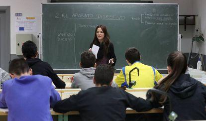 Una profesora en un centro público de Secundaria.