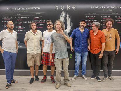 Robe Iniesta, en el centro, junto a su banda, después de la rueda de prensa el pasado 11 de agosto en Madrid donde presentó la gira de otoño.