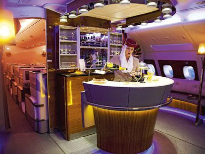 El luminoso bar (abierto durante todo el vuelo) es una de las grandes atracciones del Airbus 380