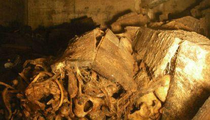 Interior de una de las capillas del Valle de los Caídos, donde el agua ha destruido las cajas y mezclado los huesos.
