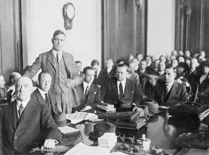 """Roscoe """"Fatty"""" Arbuckle con su equipo de abogados defensores durante el juicio, el primero que la prensa siguió atentamente y convirtió en un evento sensacionalista."""