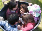 Un grupo de niños juega a encajarse en un cubo en el espacio educativo La Violeta, en Galapagar, Madrid.