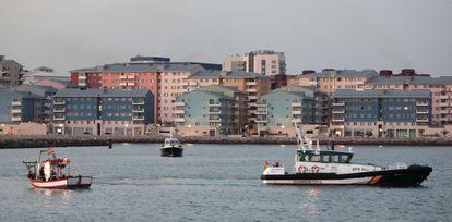 El pesquero 'Divina Providencia' escoltado por la Guardia Civil y al fondo vigilado por una patrullera de la policía de Gibraltar.