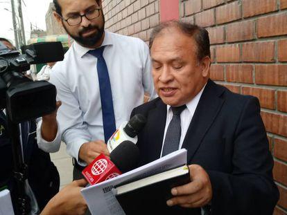 El abogado de Patricia Aguilar, Víctor Rodríguez, comunica a la prensa la sentencia.