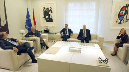 De izquierda a derecha, Pedro Solbes, Felipe González, José Luis Rodríguez Zapatero, Jacques Delors y Elena Salgado, en la reunión que mantuvieron ayer en el palacio de la Moncloa.