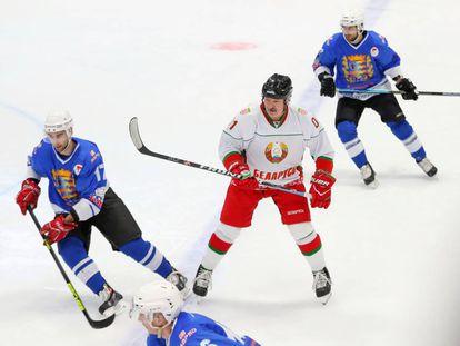 Alexandr Lukashenko, jugando al hockey sobre hielo.