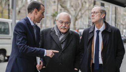 Andreu Mas-Colell, junto a Ivan Planas (izquierda) y Albert Carreras (derecha)