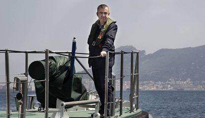 Lorenzo Silva, en una patrullera de la Guardia Civil en Algeciras.