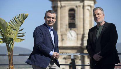 Lorenzo Silva, a la izquierda, y Andrés Koppel, en Málaga.