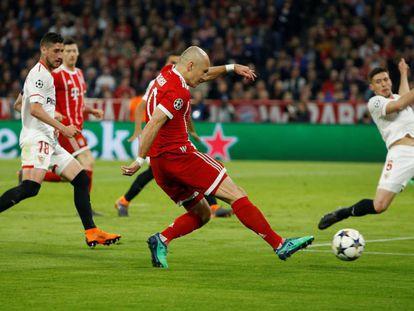 Robben remata ante Lenglet y Escudero.