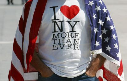 Un hombre, con el logo de Nueva York, tras el 11 de septiembre.