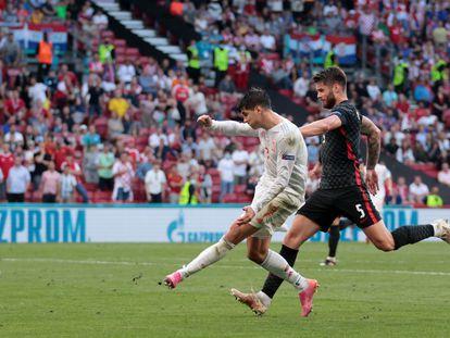 Álvaro Morata dispara contra Croacia en el partido de octavos de la Eurocopa.
