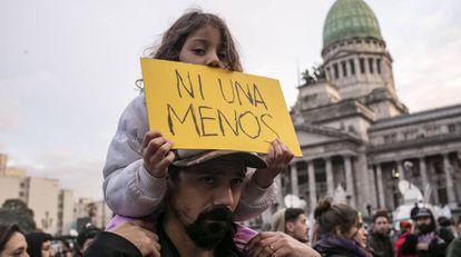 Una menor sujeta un cartel en una manifestación contra la violencia machista.