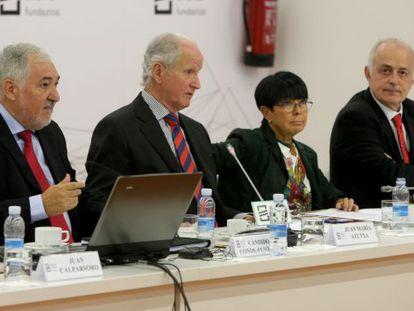 De izquierda a derecha, Cándido Conde-Pumpido, Juan María Atutxa, Margarita Uría y Alejandro Saiz Arnaiz.