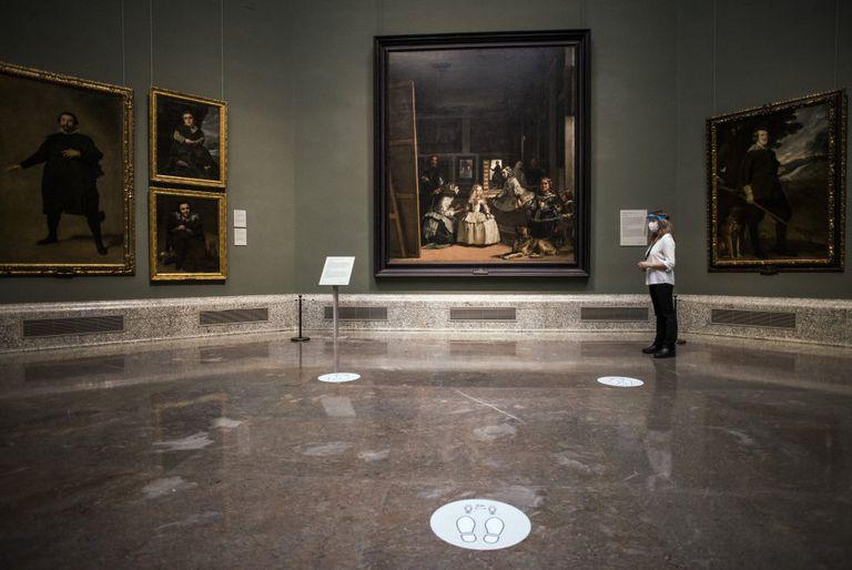 Vista de la sala con 'Las Meninas', en el Museo del Prado, con una selección de 250 de sus obras.
