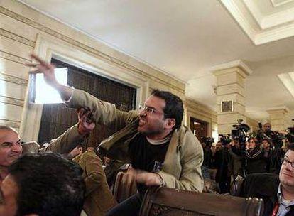 Mountazer al Zaidi, en el momento de lanzar un zapato contra George Bush el domingo en Bagdad.