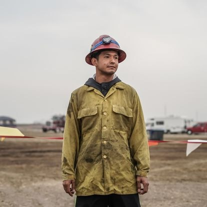 Isidro Hernandez de 21 años, trabaja en su primera temporada combatiendo fuegos, su amigo que le corta el cabello le recomendó este trabajo,