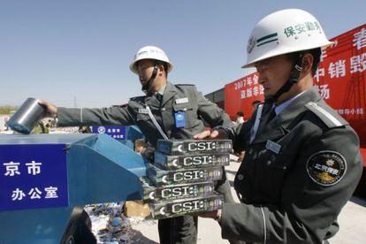La policía destruye productos falsificados en China