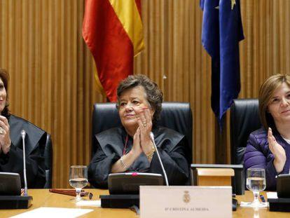 La abogada Cristina Almeida, entre la presidenta de la Asociación Nosotras Mismas, Sara Díaz, y Pilar Cancela, presidenta de la Comisión de Igualdad del Congreso.