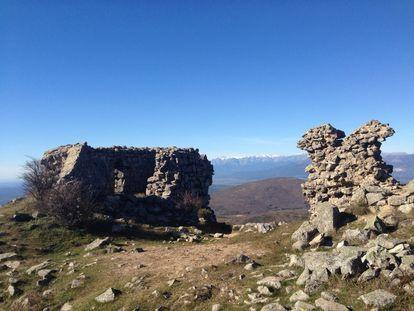 El castillo en ruinas en un cerro de la sierra de san Vicente (Toledo).