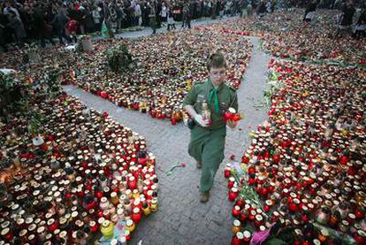 Miles de velas cubren la plaza de Varsovia en honor den Kaczynski