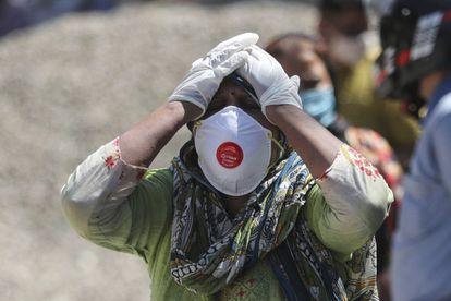 Sospechosos de estar infectados con el coronavirus esperan a ser atendidos en Bombay.