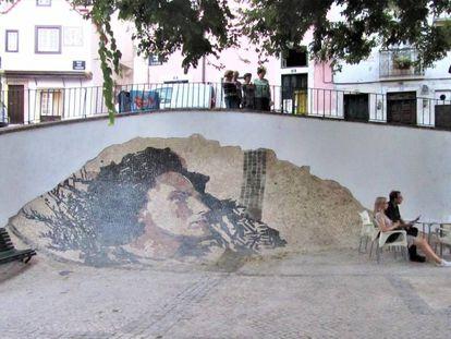Vhils retrató en piedra a Amalia en el barrio de Alfama.