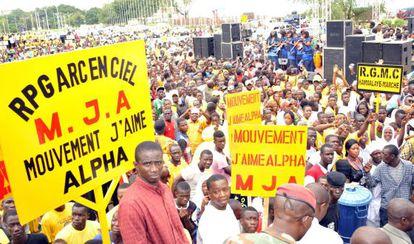 Partidarios de La Asamblea del Pueblo de Guinea se reúnen el 11 de agosto de 2015, en Conakry, durante la convención nacional del partido en el que el presidente de Guinea Alpha Condé ha sido nominado canditato para las próximas elecciónes en octubre.