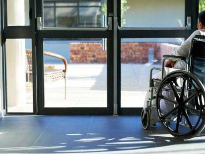 Una mujer en silla de ruedas, en una imagen de archivo.