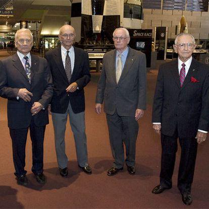 De izquierda a derecha, Edwin 'Buzz' Aldrin, Michael Collins, Neil Armstrong y el ex director del Centro Espacial Johnsonn de la NASA Chris Kraft en el Museo Nacional del Aire y del Espacio en Washington