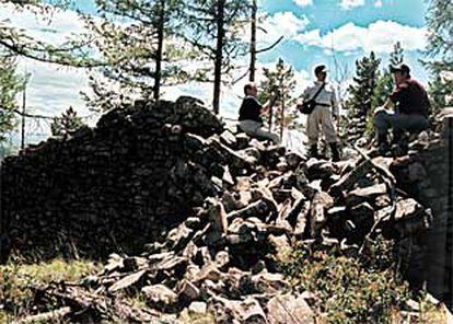 La Expedición Geohistórica Gengis Kan, en el lugar en el que fueron halladas algunas tumbas.