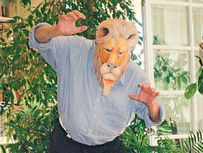 El cineasta y escritor, con máscara, regalo de su cuñada, Anne.