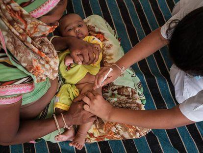 Nikash Patel, tres meses de edad, es vacunada de la Penta3 durante una campaña de inmunización en Gujarat, India.