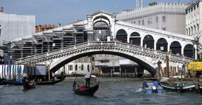 Restauración del puente de Rialto en Venecia, con los andamios a la izquierda.