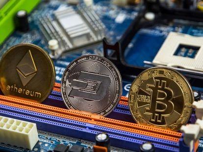 Representación de tres criptomonedas, ethereum, dogecoin y bitcoin.