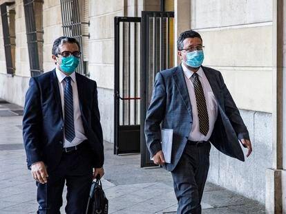 El antiguo líder de Vox en Andalucía, Francisco Serrano (derecha), a la entrada de los juzgados de Sevilla, este lunes.