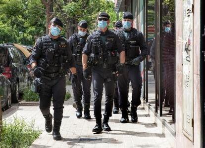 Miembros de la UCO de la Guardia Civil  frente a la casa del exsubdelegado del Gobierno en Valencia, Rafael Rubio,