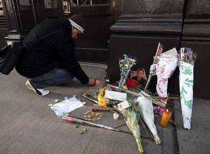 Un seguidor de Heath Ledger deja un recuerdo a la puerta del edificio donde vivió el actor en el Soho neoyorquino.