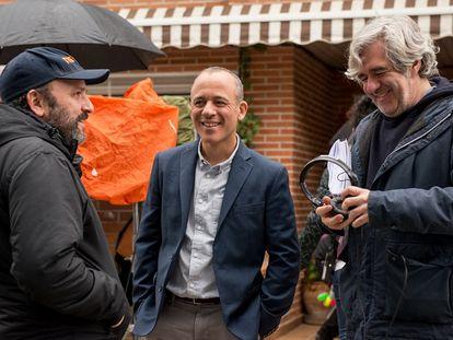 Desde la izquierda, Juan Cavestany, Javier Gutiérrez y Álvaro Fernández-Armero, en el rodaje de 'Vergüenza'.