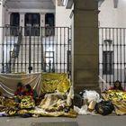 Un grupo de solicitantes de asilo se dispone a pasar la noche frente a la sede del Samur Social, en el centro de Madrid.