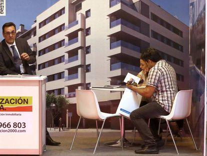 Una pareja observa el folleto de una promoción.