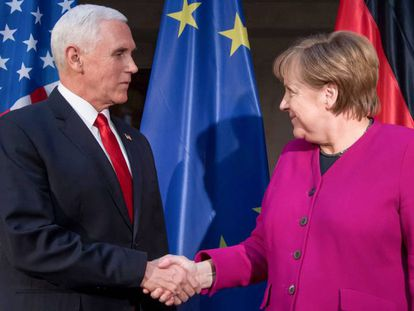 El vicepresidente de EE UU, Mike Pence, y la canciller alemana, Angela Merkel, en la conferencia de Múnich el 16 de febrero.