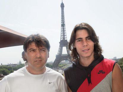 Toni y Rafa, ante la Torre Eiffel en junio de 2005. / MEHDI FEDOUACH (GETTY)