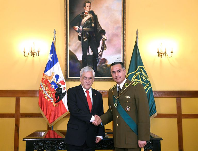 The president of Chile, Sebastián Piñera, and the now former director of the Carabineros de Chile, Mario Rozas, on January 7, 2019 in a ceremony.