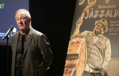 Miguel Martín, director del Jazzaldia donostiarra, junto al cartel de la edición de este año.