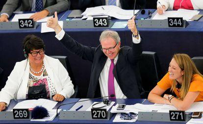El eurodiputado Axel Voss celebra la victoria de la reforma, en Estrasburgo, este miércoles.