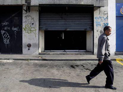 Un hombre camina a lo largo de una calle en Caracas, Venezuela.
