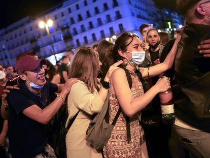 Cientos de personas celebran en la Puerta del Sol de Madrid el fin del estado de alarma.